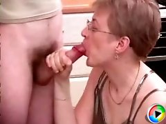 Cum-thirsty mature invites her young neighbor and seduces him at her place